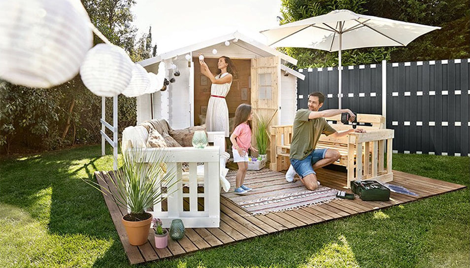 Casa con cercas de madera plástica